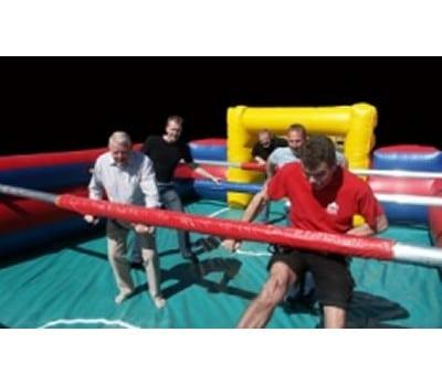 kæmpe bordfodbold med mennesker