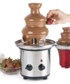 lille chokoladefontæne med smeltet chokolade