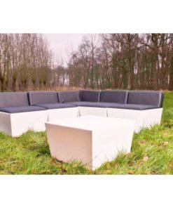 sort loungesofa med fem hvide moduler og hvidt bord på græsplæne
