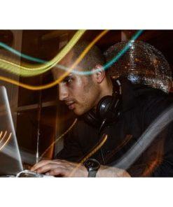 mandlig DJ ved Apple bærbar