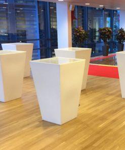 fem hvide koniske barmoduler i lyst lokale hos skat