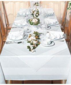 flot dækket bord med hvid dug