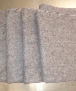 fem grå tæpper på bord