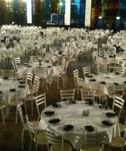 opstilling af runde borde og hvide wienerstole