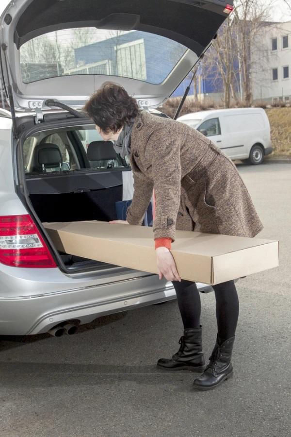 kvinde pakker bil